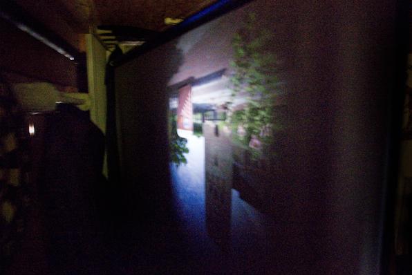 Projectie van de kerk in de garage