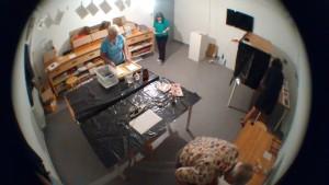 de halfdonkere kamer, lichtgevoelig maken van het papier, en fixeren.